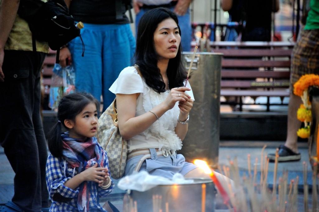 ladyboys-davidbonnie-annie-thailand-pray.jpg
